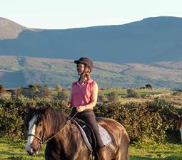 Reiterin mit Gleniff Horsehoevalley im Hintergrund