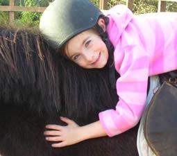 kleines Mädchen auf ihrem Pony beim Ausritt mit Island View Riding Stables