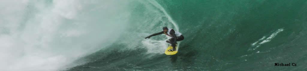 Surfer auf hoher Welle