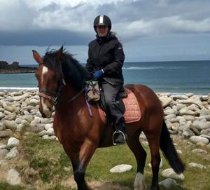 Margo vom Island View team auf dem Pferd