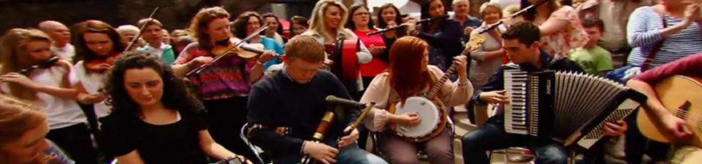 Eine Gruppe macht traditionelle Irische Musik in Sligo